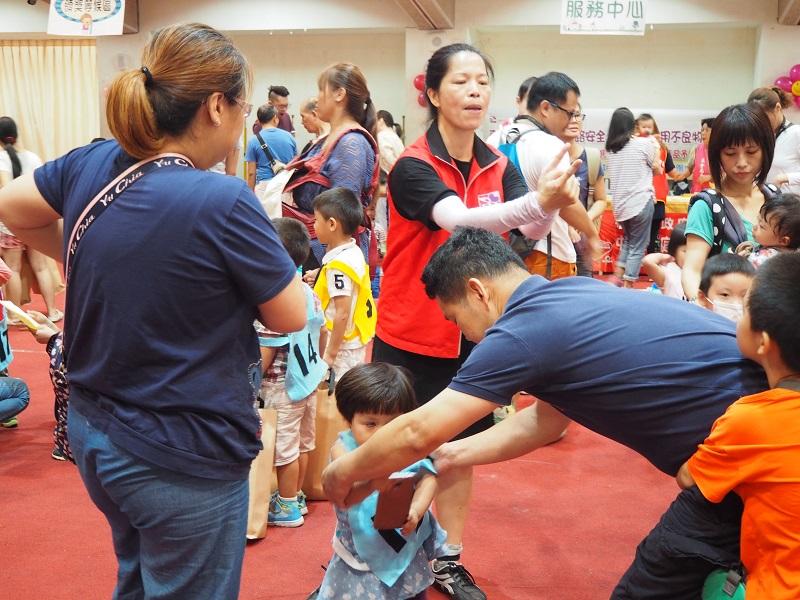通稿照片03_為了讓各樣的家庭都可以參與活動,早資中心協助聽障家庭申請手譯員,讓家庭更能參與在活動中.JPG