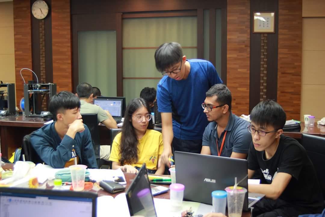 陳信錩(左一)與跨校、跨國團隊成員進行電腦分析,積極爭取最佳成績.jpg