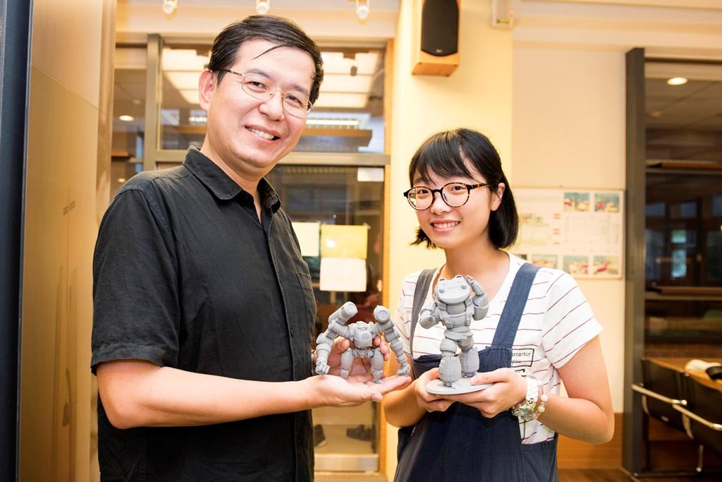 許經夌老師(左)拿著在中原製作的3D列印《重甲機神》模型,他的夢想是完成台灣首部自製科幻動畫片,醫工三陳思儒同學(右)以許老師為學習榜樣.jpg