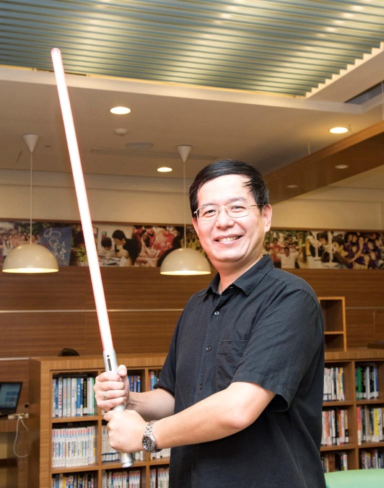 中原大學物理系許經夌老師總愛隨身攜帶光劍當教材,他活潑生動的教學方式把科學變有趣了。.jpg
