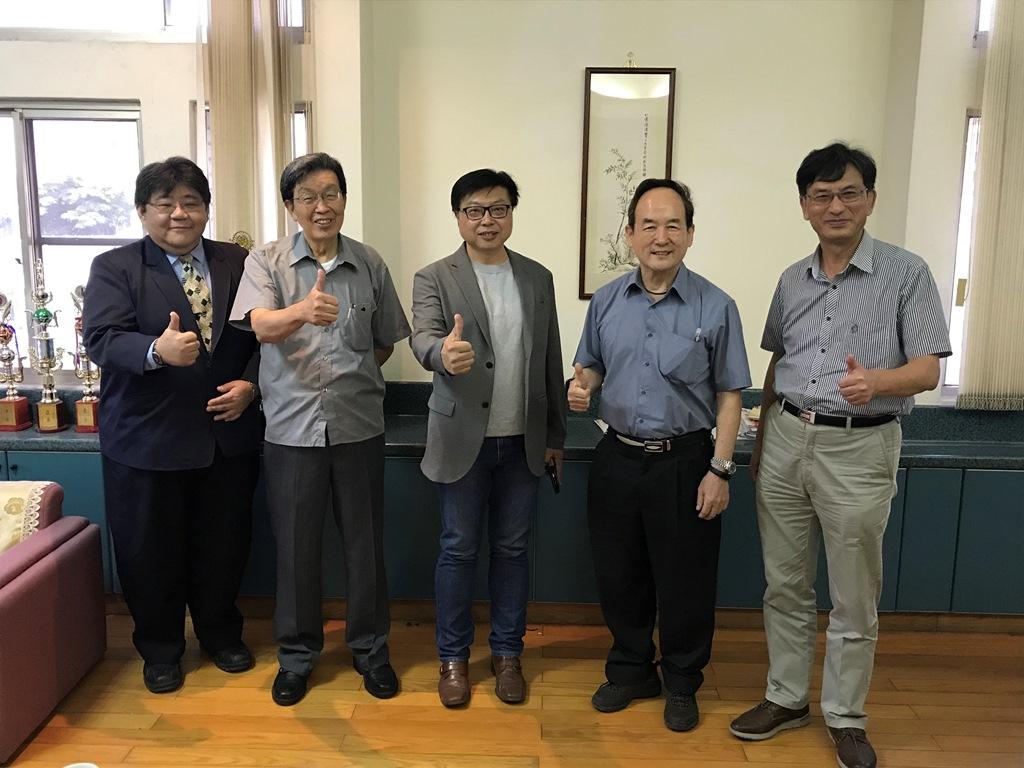土木系校友黃斌書跨域思維養成專業與軟實力(與熊前校長等人合影).JPG