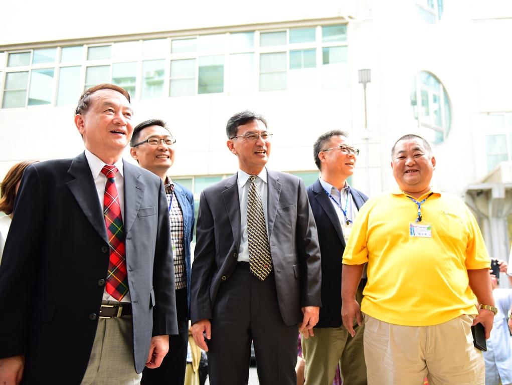 龍進營造公司總經理楊佳璋校友(右一)以奉獻之低價承包完成土木系東北側外牆整修工程.JPG