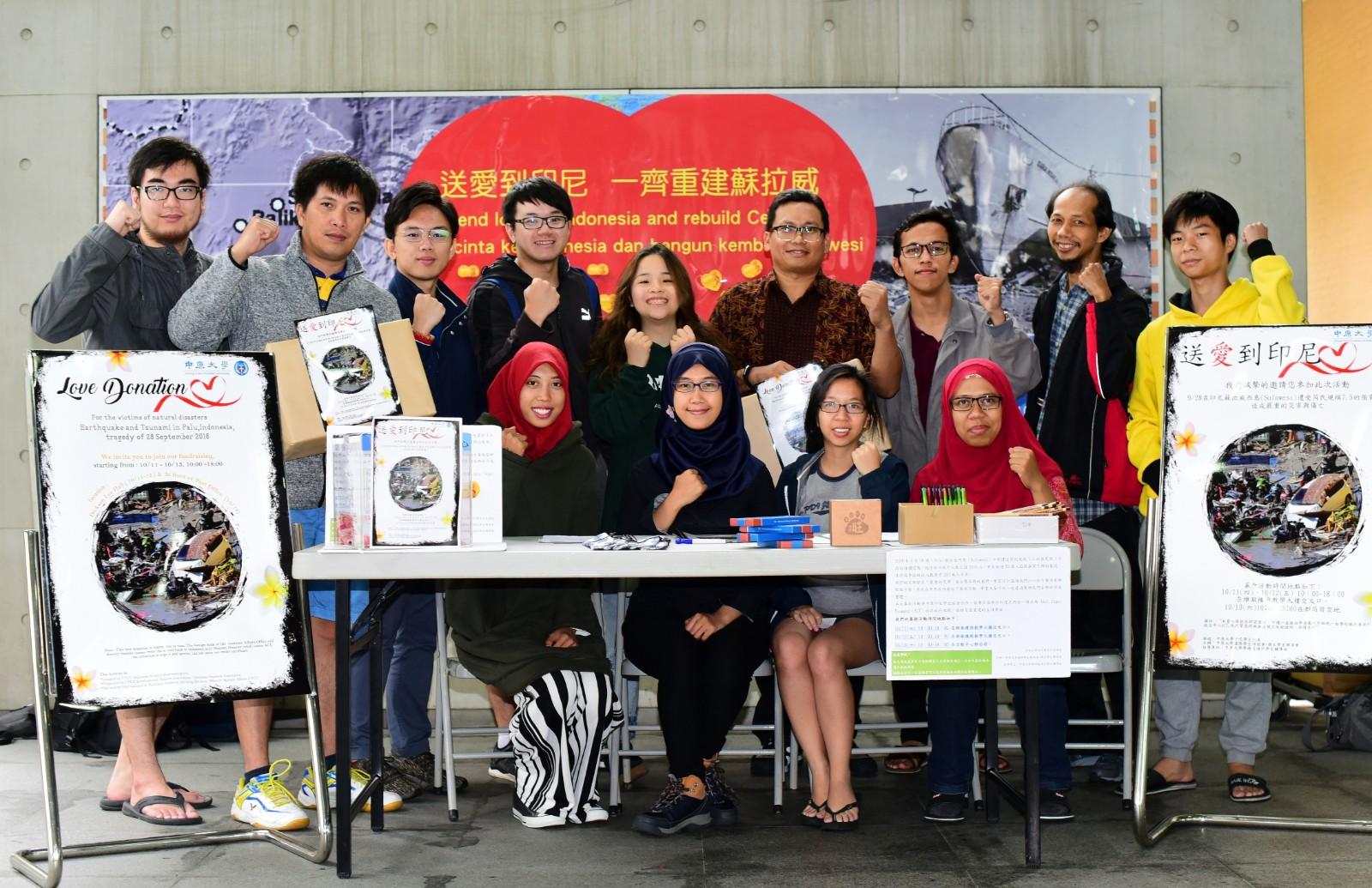 通稿照片01-中原大學環境工程學系的Sara(前排左二)與Dika(前排右一)號召印尼學生與台灣同學們共同送愛到家鄉.JPG