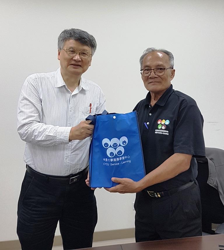 20181011_學務長代表本校致贈禮品予Ajan.jpg