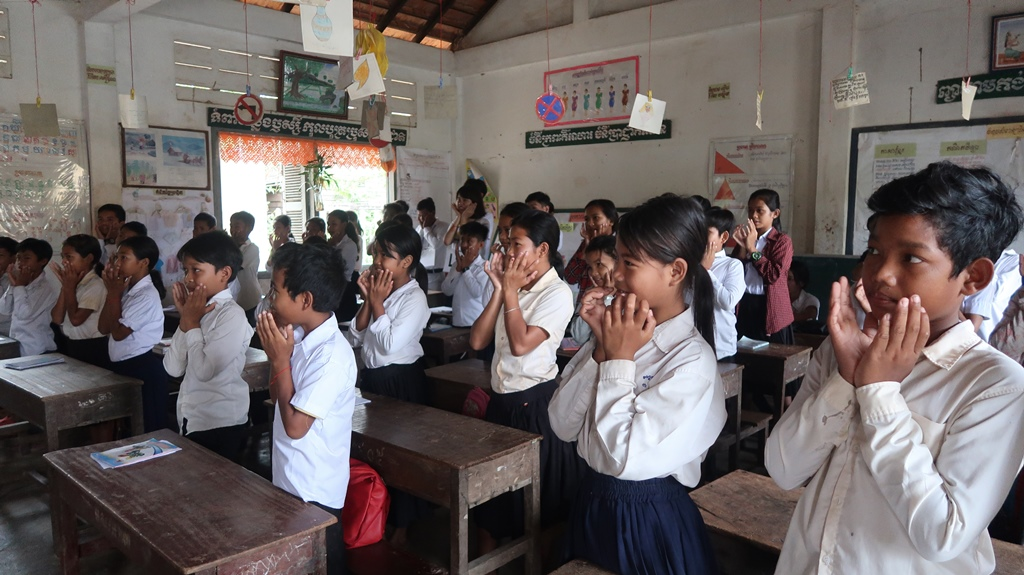村落英文教師工作坊兒童營,當地國小學生隨著柬埔寨教師唱英文歌曲.JPG