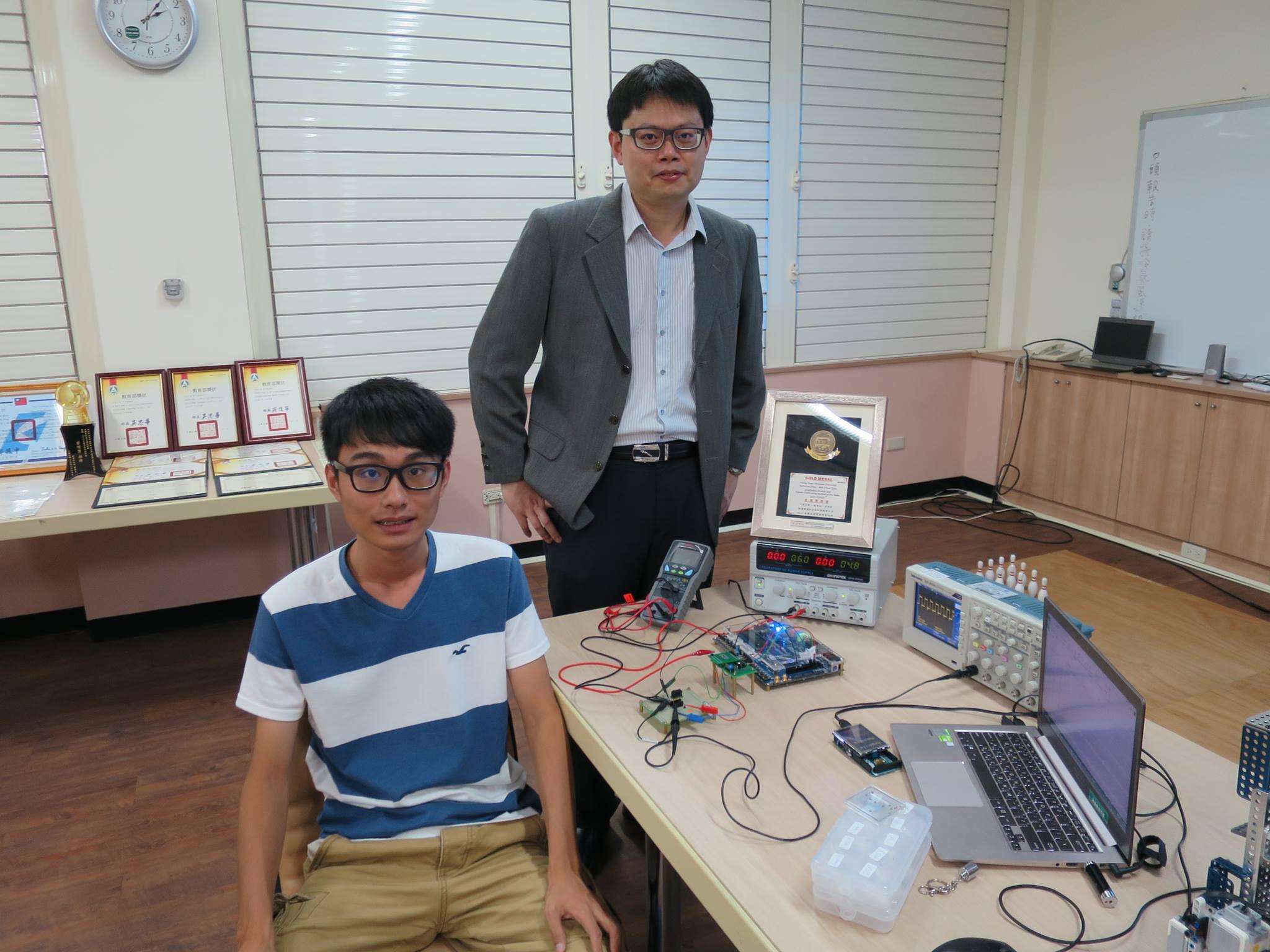 陳世綸教授(右)與段閔鈞博士生以發明型專利「振盪器模組及其訊號校準方法」榮獲經濟部107年「國家發明創作獎」發明獎金牌.jpg