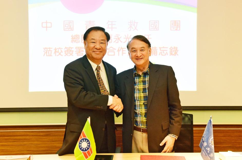 張光正校長(右)與救國團總團部葛永光主任.JPG