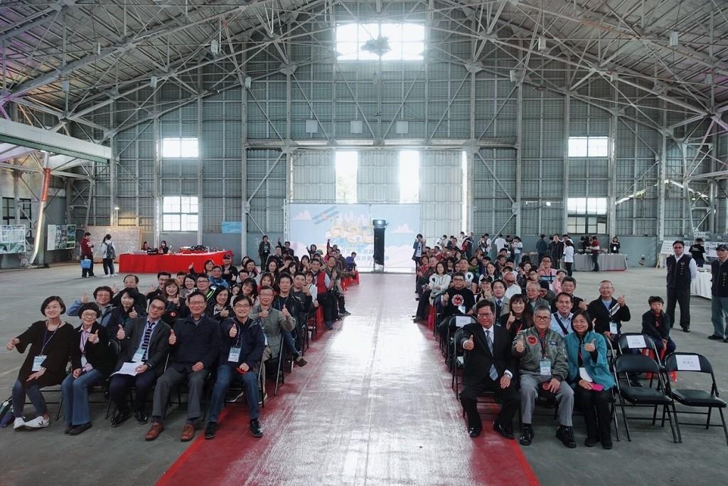 中原大學推動大學社會責任,在「前空軍基地機棚」舉辦成果發表暨放映會,協助延續黑貓中隊精神.jpg