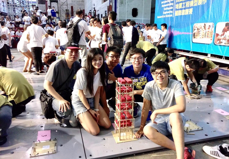 中原大學土木系學生用50根冰棒棍搭建出可乘載高達96公斤重量的木橋,勇奪全國「抗震盃」冠軍。.jpg