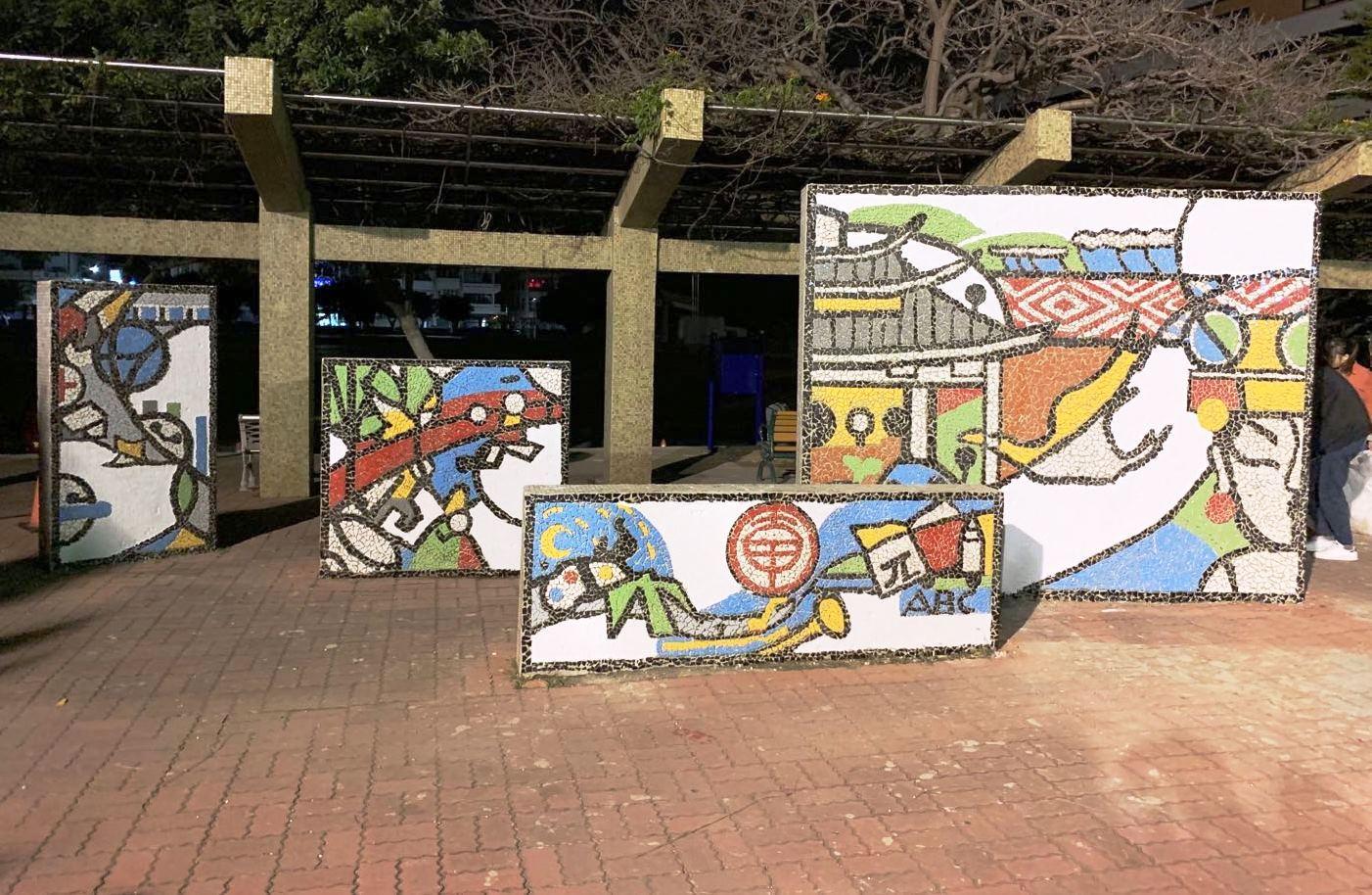 通稿照片04-由大學生及小學生合力完成的馬賽克牆座立在大甲國小入口中庭,使用二萬多片紅、藍、黃、綠、灰黑等顏色的彩磚手工拼貼而成.jpg