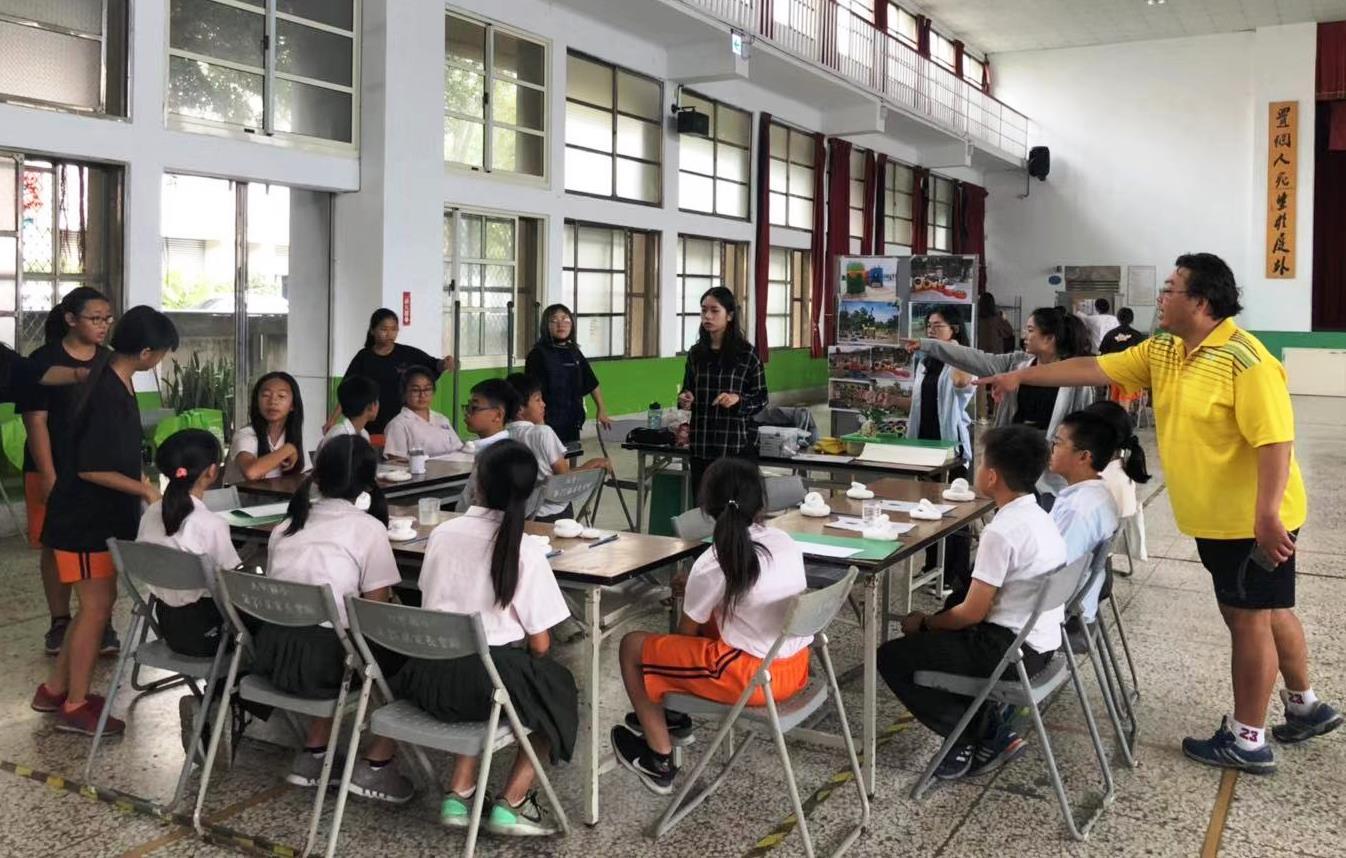 通稿照片06-中原師生以「參與式設計」帶著小學生進行工作坊活動一起討論校園藝術作品.jpg