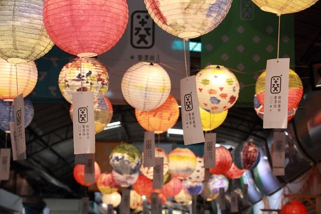 用不同花樣的燈籠讓菱潭街煥然一新.JPG