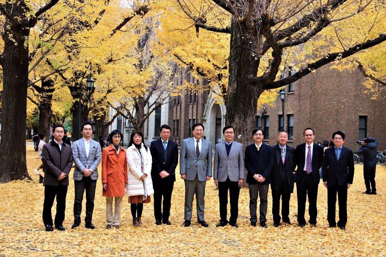 中原大學鍾財王院長(右五)去年底率團回訪東京大學,受到東大工學院大久保達也院長(中)等人熱情歡迎。.jpg