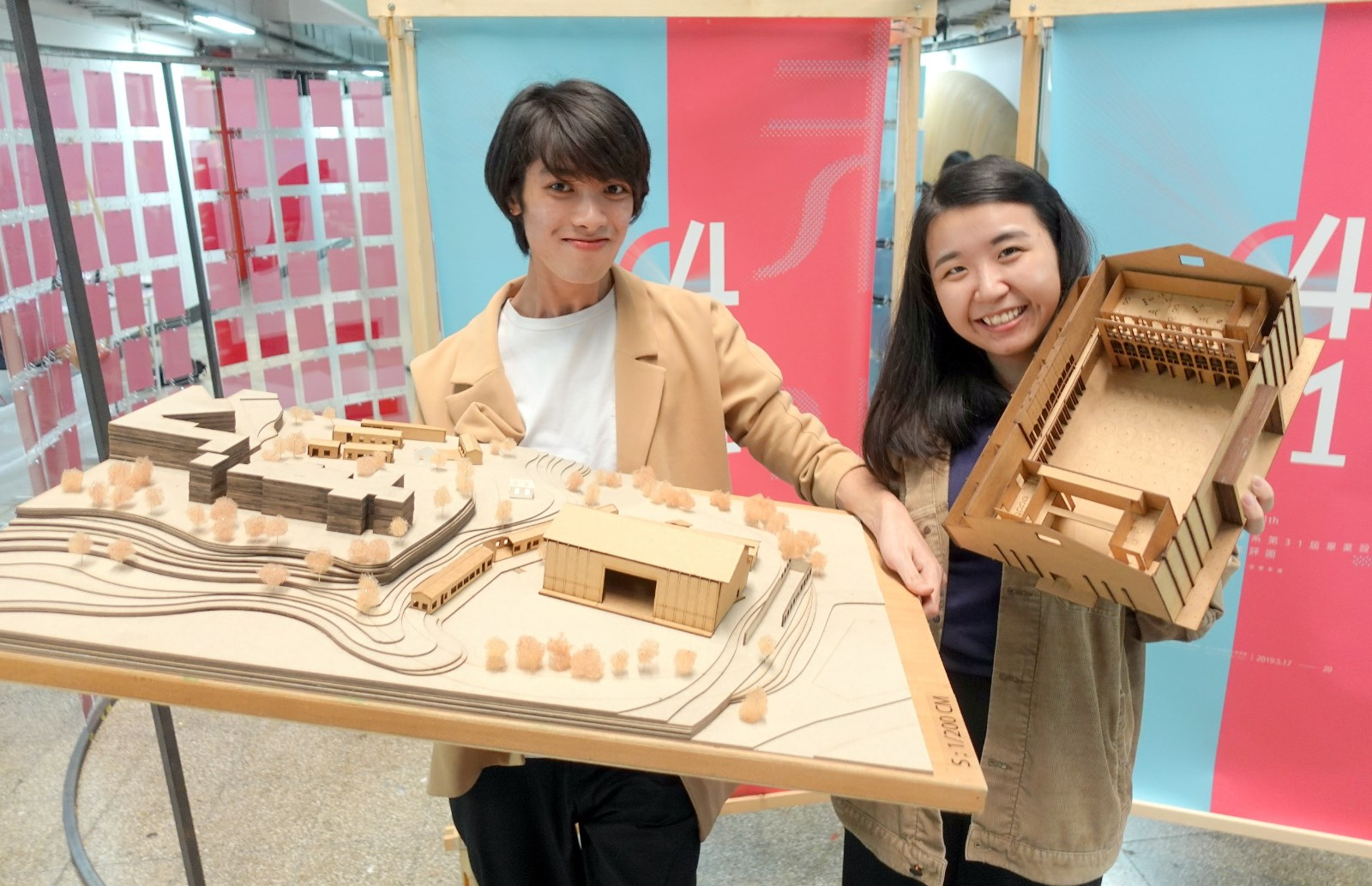 中原室設來自香港的黃子樂(左)與馬來西亞外籍生林宏恩為「湖山製片廠」賦予新意象。.JPG