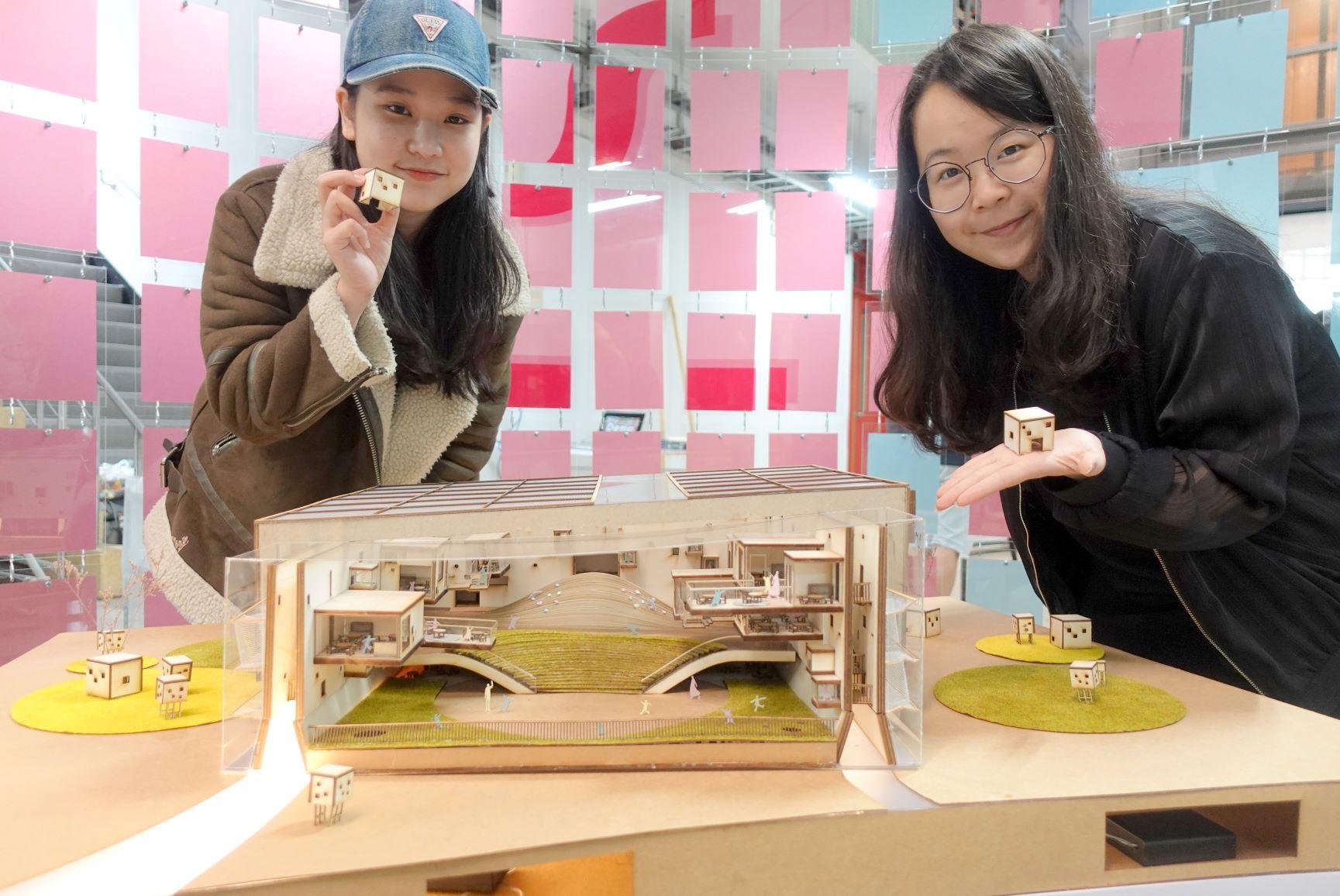 黃麗心(左)與羅安洳的畢業作品「洄瀾幼稚園」打開空間內外的界線,讓孩子自由探索.JPG