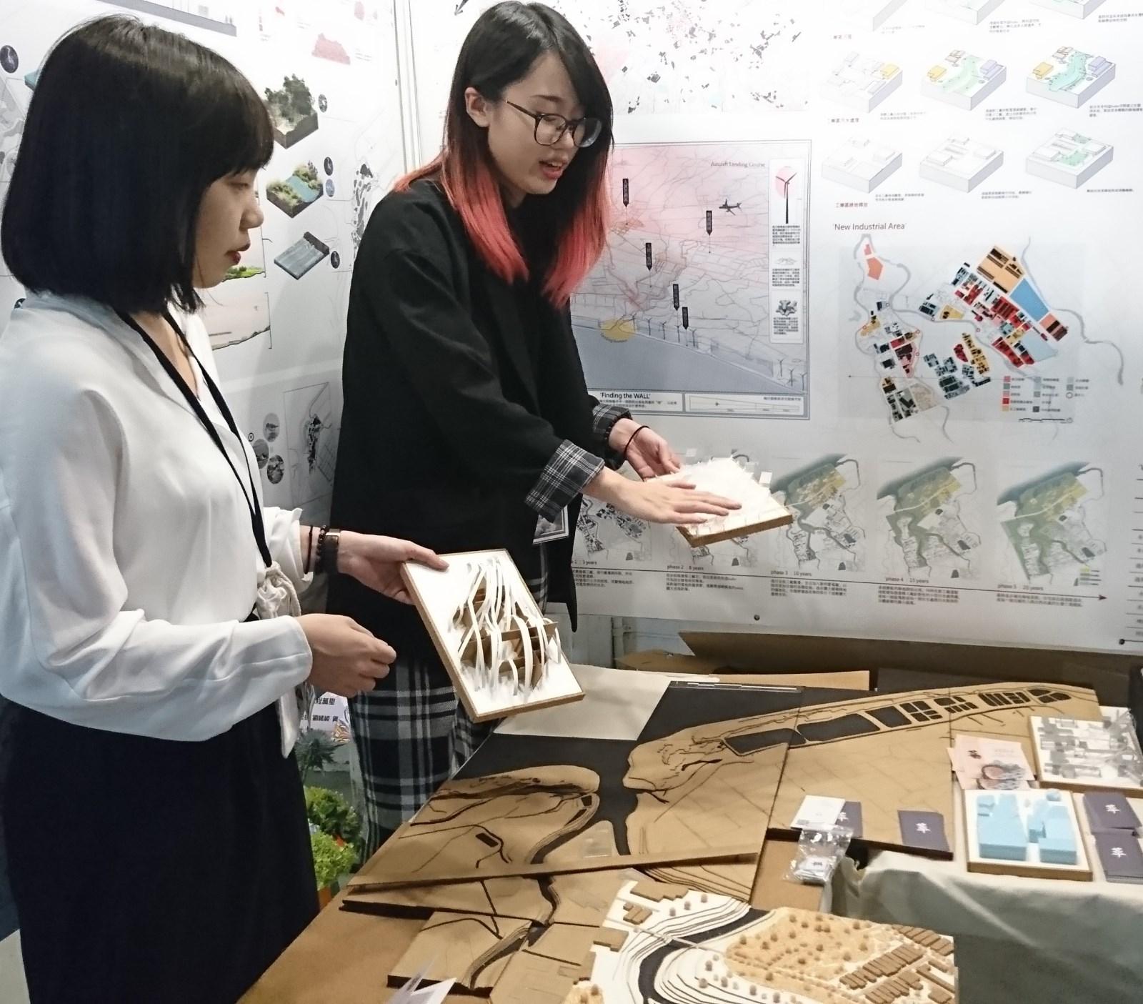 傅裕和張雅涵提出維護桃園海岸候鳥棲地的規劃設計。.JPG