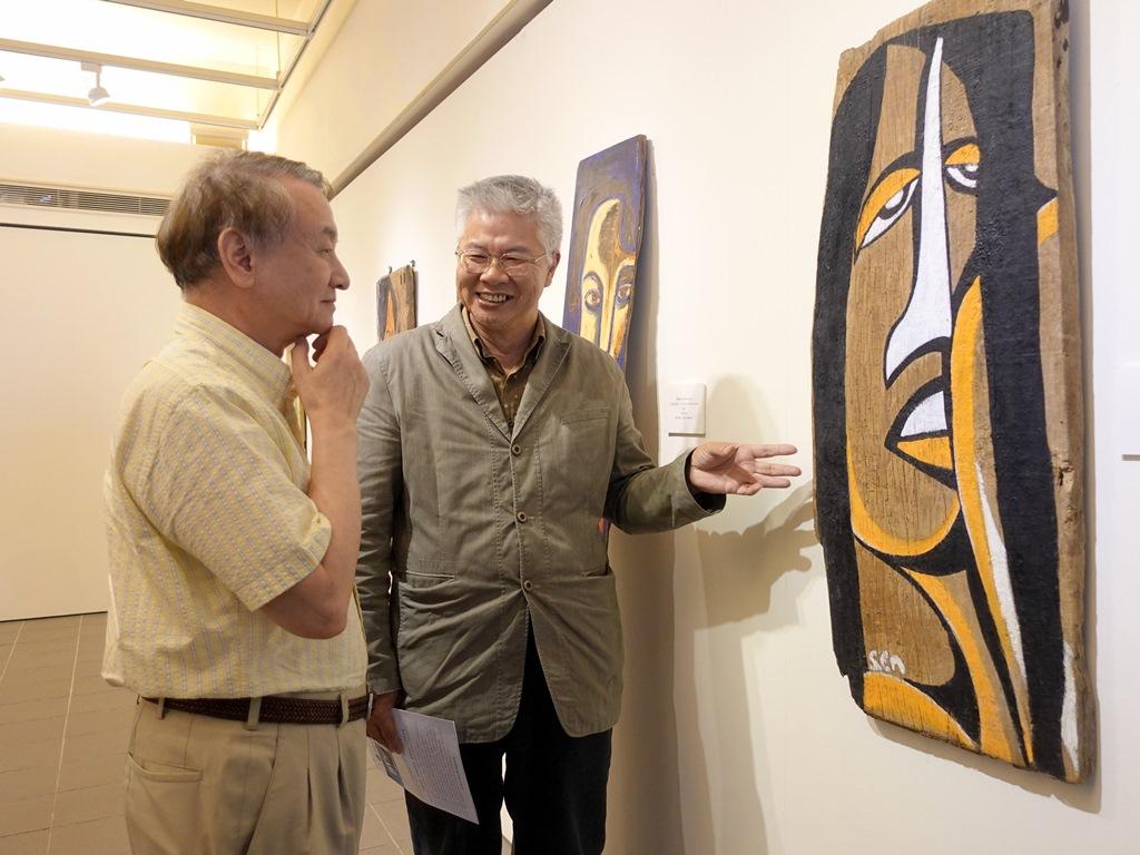 中原大學校長張光正對於楊樹森作品展現的信仰與希望十分感動.JPG