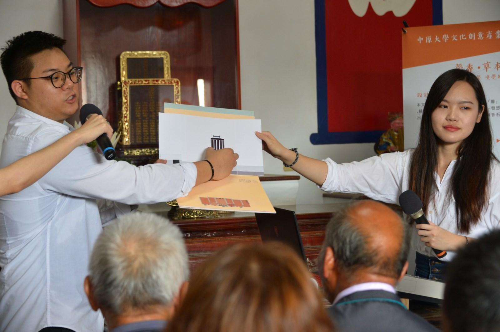 中原大學文創碩一陳依紋(右)等人設計立體書及拼圖,呈現德馨堂的建築特色.jpg