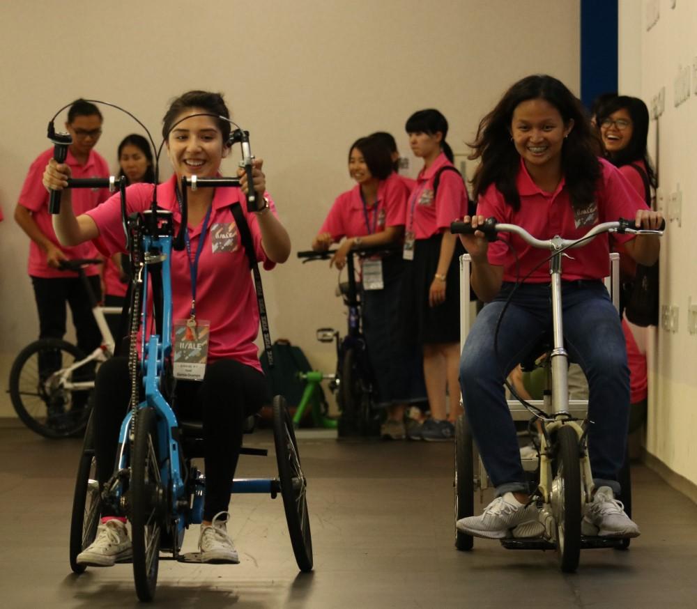 中原大學產業營,外國學生參訪太平洋自行車體驗館,歡笑不斷。.jpg