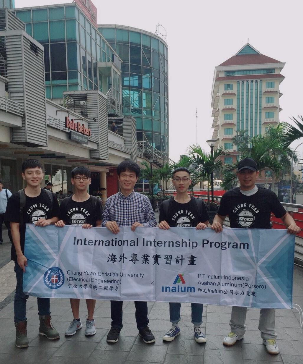 電機系李俊耀老師(圖中)帶領學生至印尼水力電廠進行為期一個月的實習。.jpg