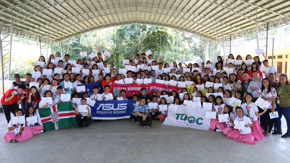 通稿照片01-中原大學「菲律賓智慧方舟國際志工團」今年暑假前往菲律賓南部民答那峨,為當地120位學生舉辦資訊教育營隊.JPG