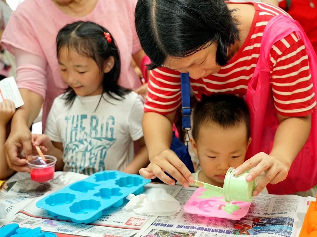 通稿照片-DIY親子手作擴香石體驗不僅有趣也吸引許多民眾參加.JPG