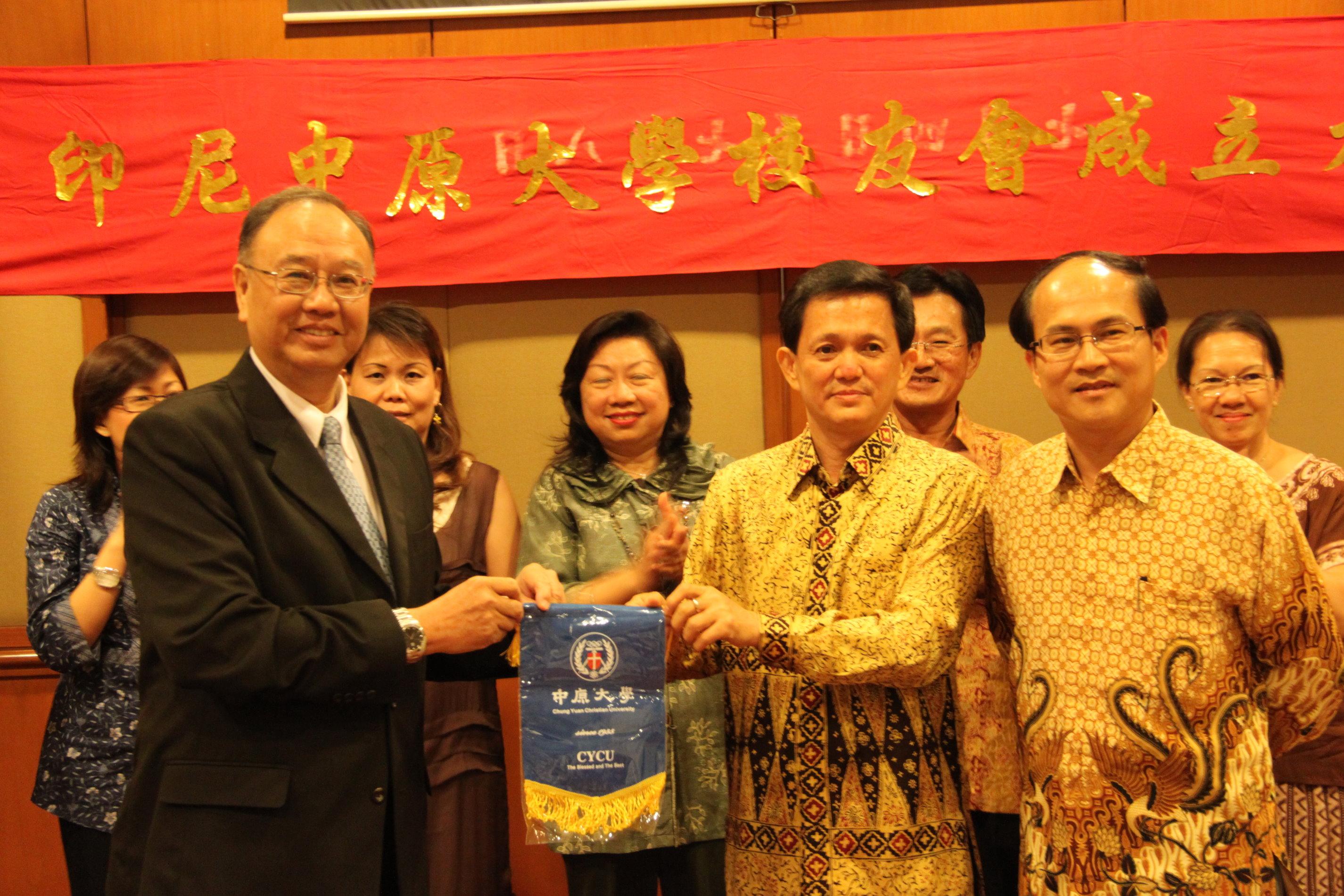 印尼中原大學校友會正式成立 程萬里校長親自授旗贈印