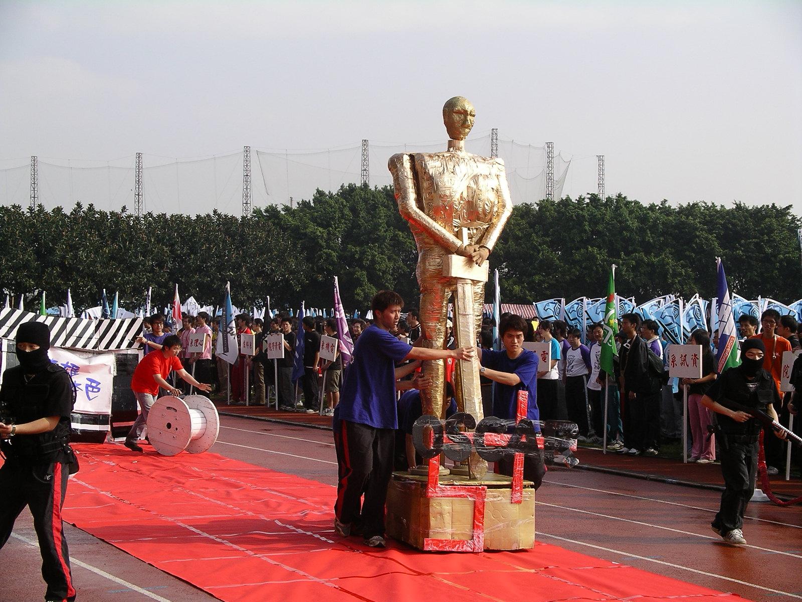 學生變妝上場 慶祝中原大學運動會