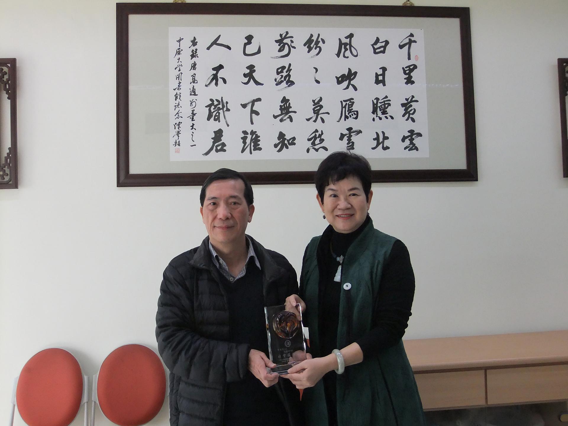 恭賀土木系曹瑞棋校友 榮獲圖書館學會社會服務獎