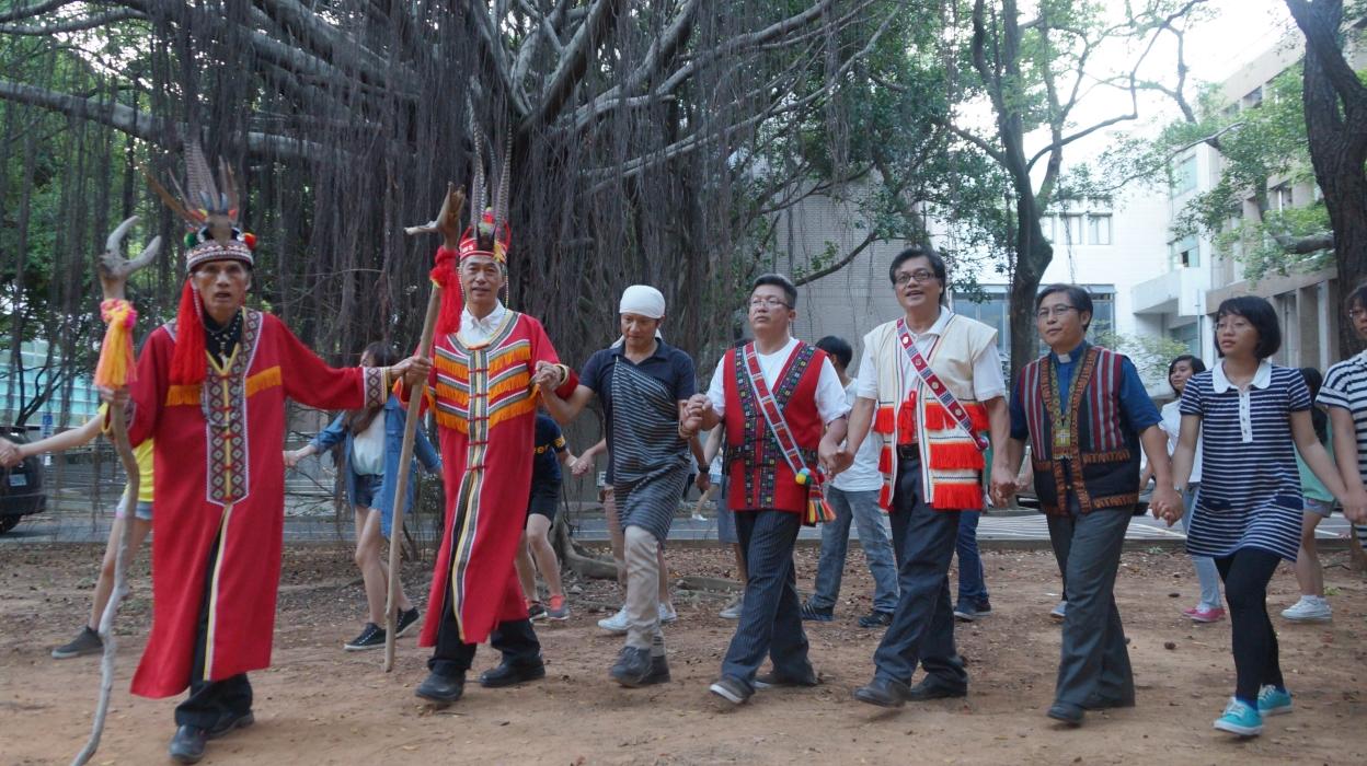 設計學士原住民專班歡喜開學 長老祈福 跳祭典舞