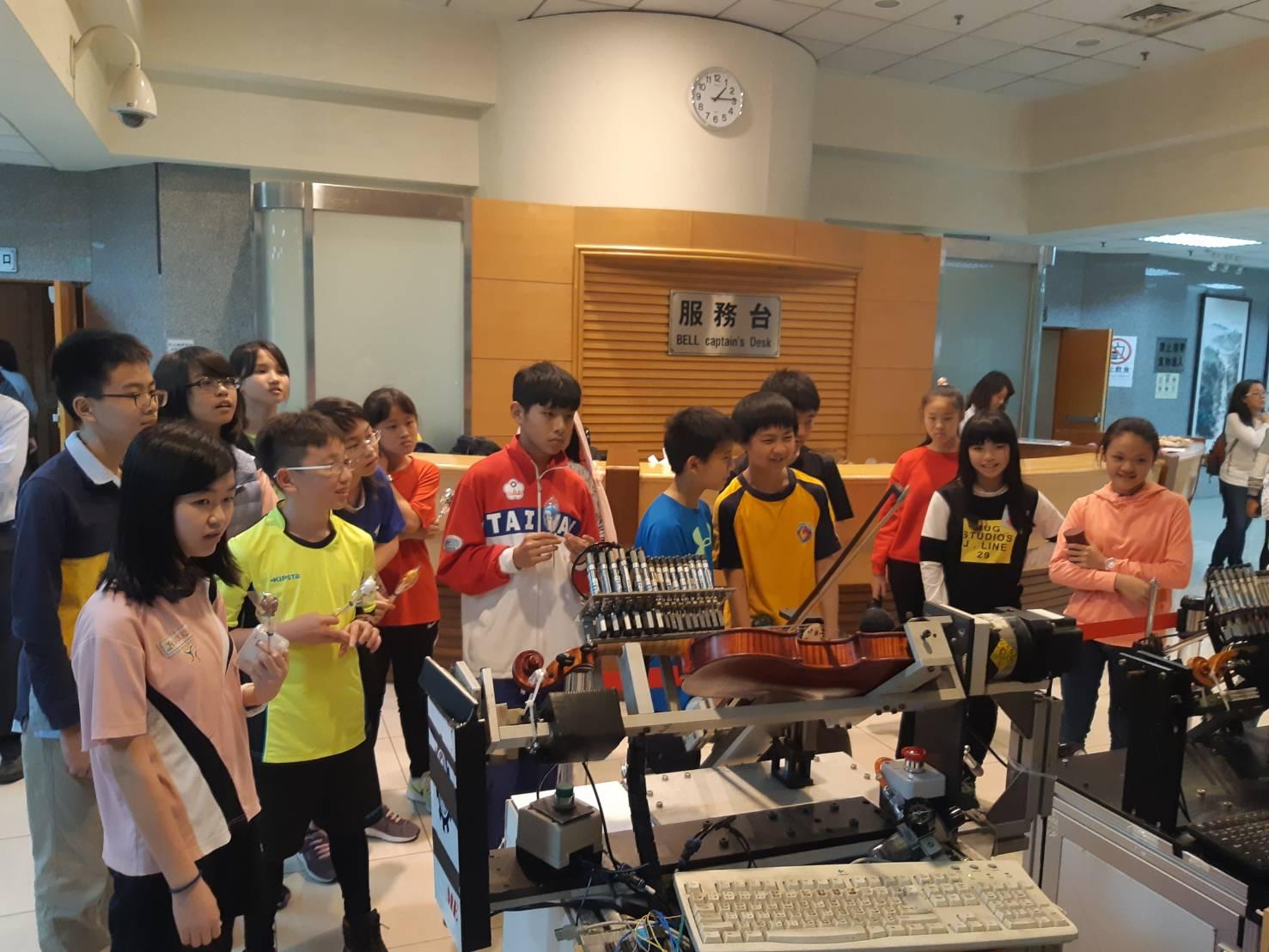 機器人弦樂團拉提琴歡慶兒童節  中原大學結合科技與人文關懷服務社會