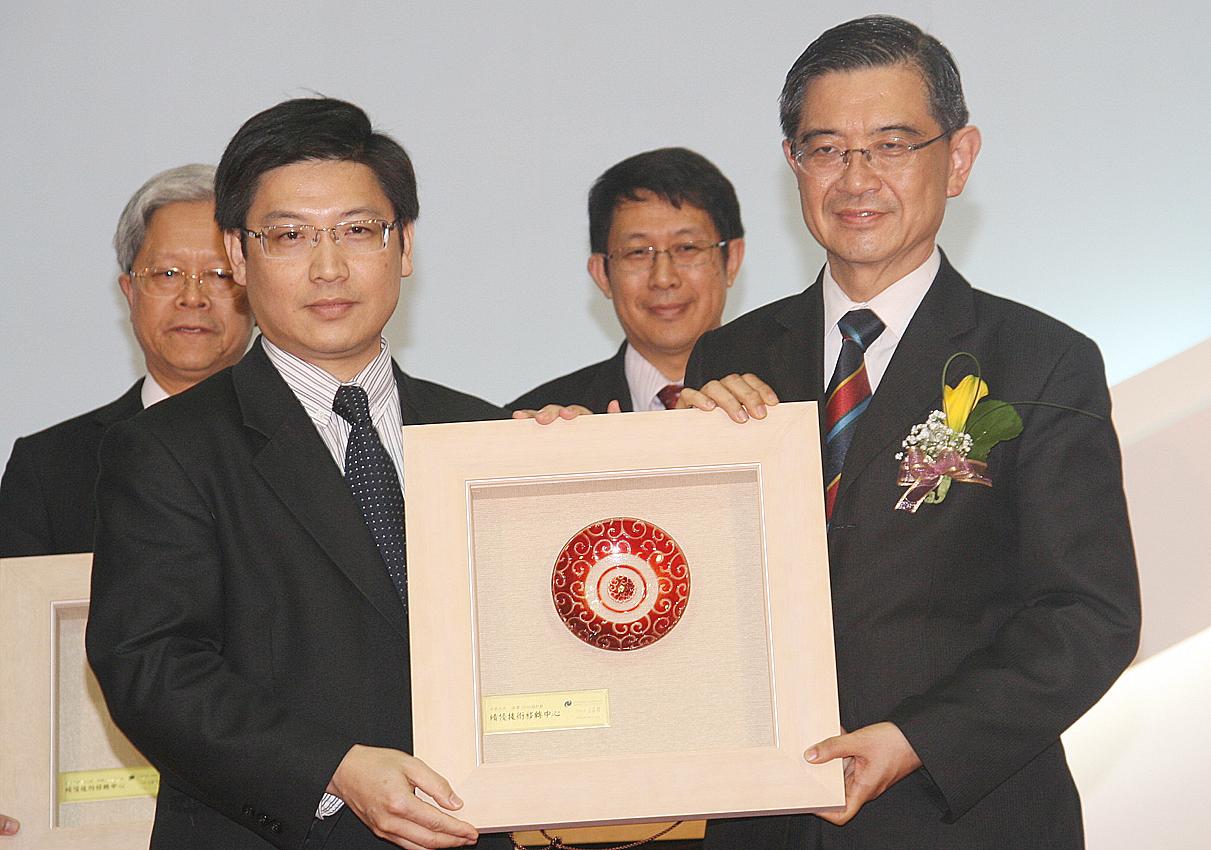 連續三年獲獎!中原大學榮獲國科會99年度績優技術移轉中心