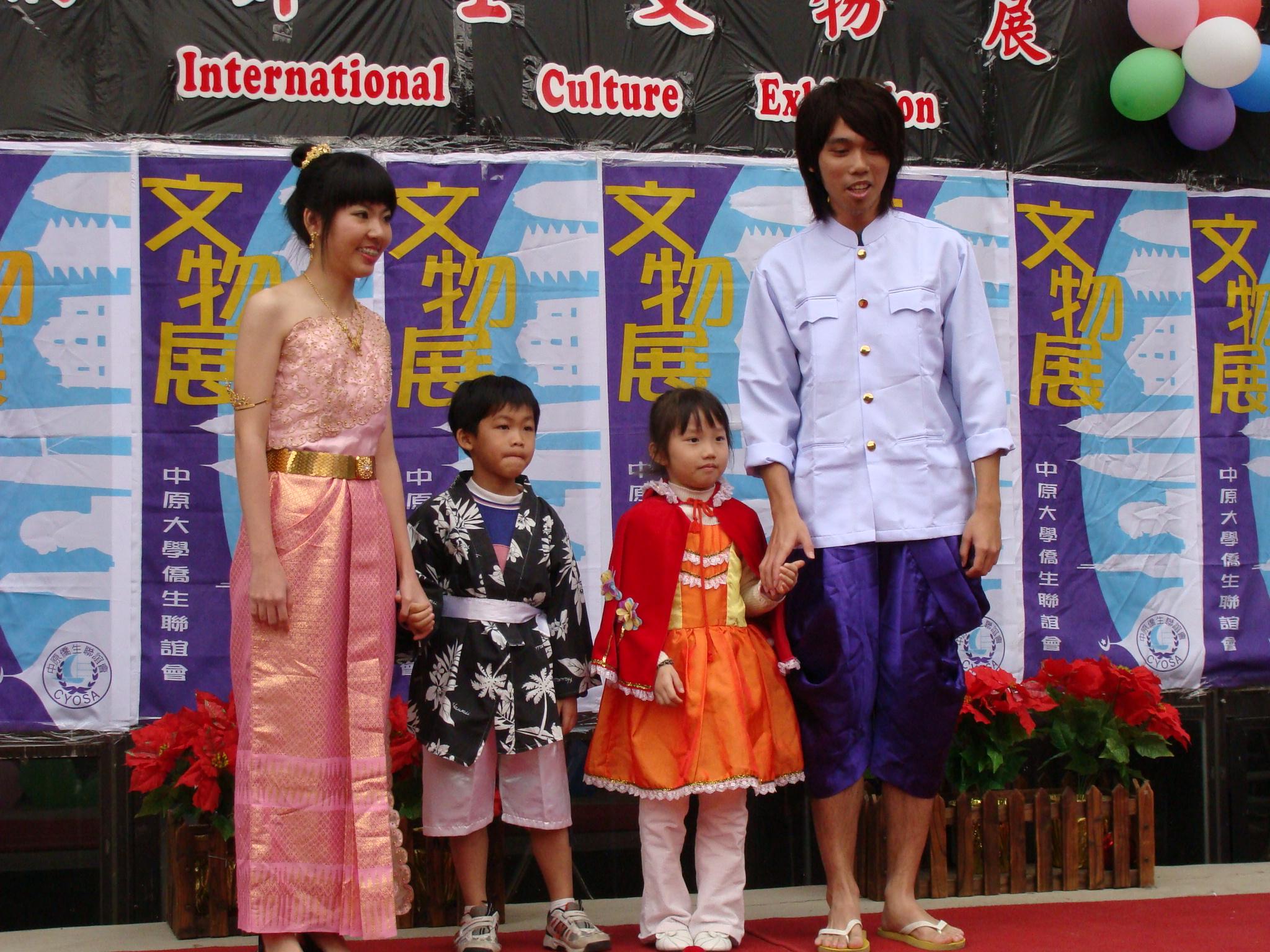 中原大學僑外生文物展 精彩展出異國文物、服飾與美食