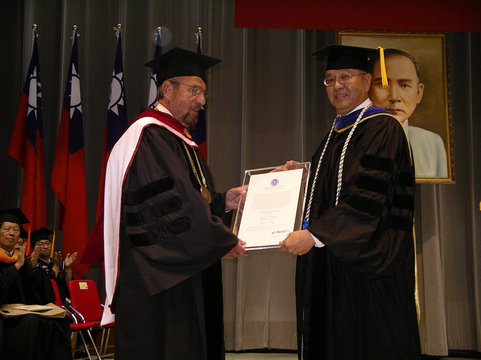 中原大學畢業典禮 頒發舊金山州大校長柯瑞根名譽博士學位