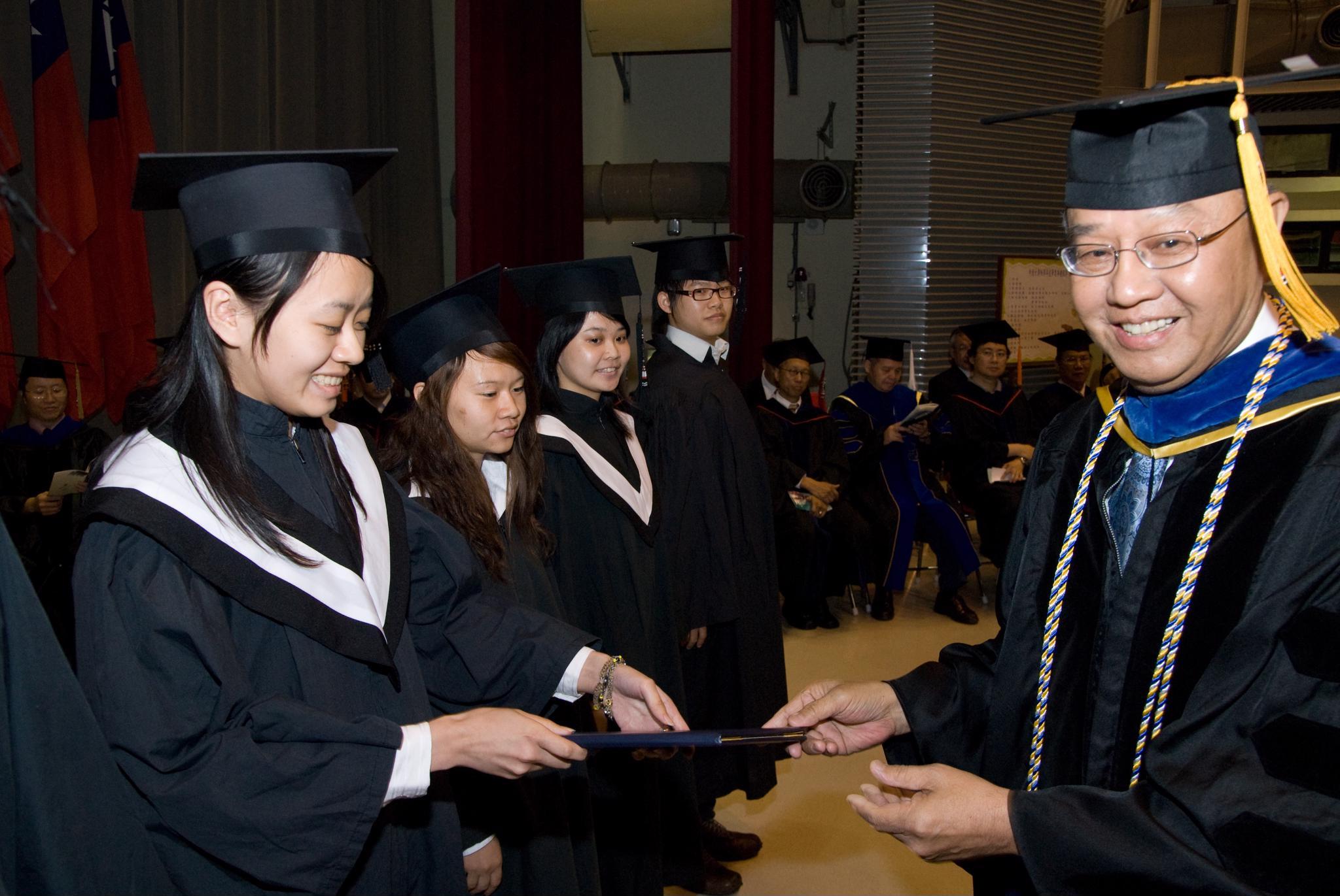 蔡函潔等八名畢業生 榮獲「全人標竿獎」