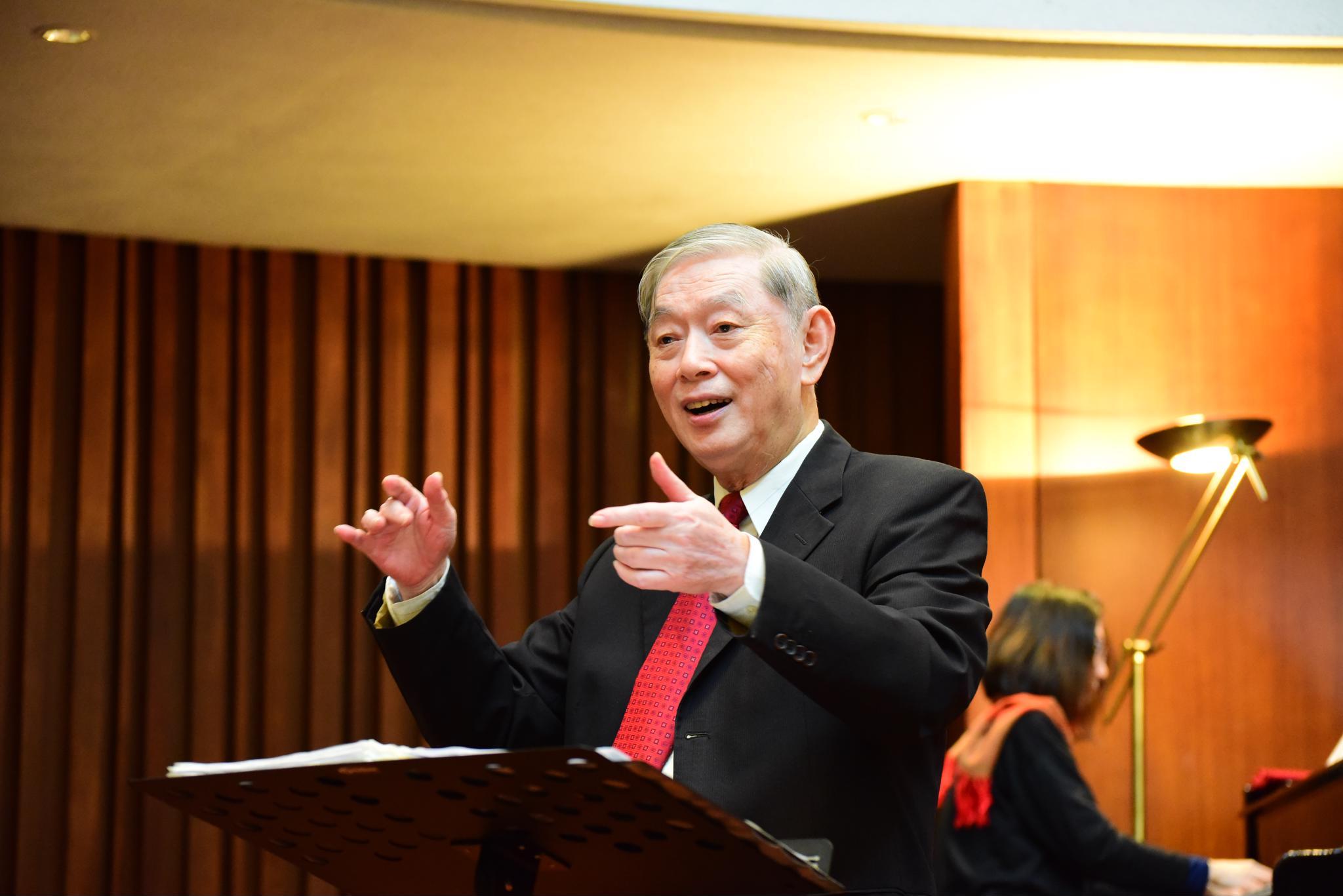 43年的詩班指揮  校牧室柯德仁手指音符 化做幸福樂音 詠讚人間