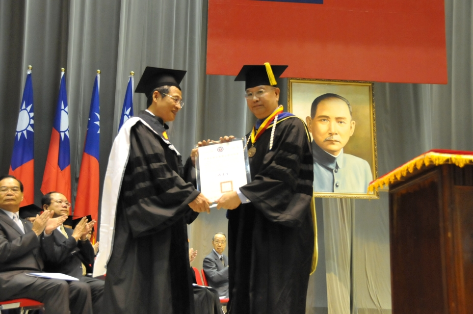 畢業典禮「傳承與創新」 鄭欽明學長獲頒名譽博士學位