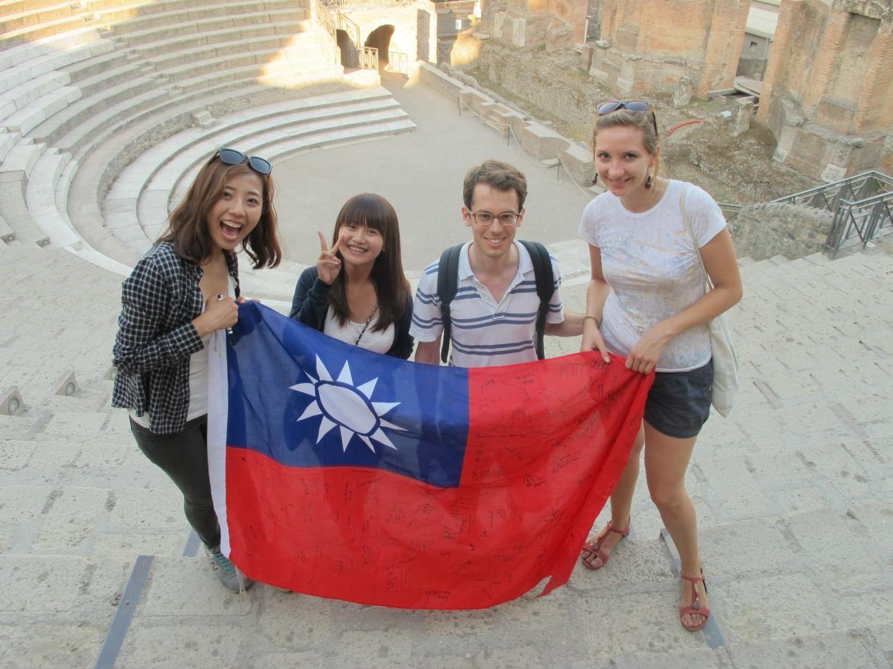 漂亮國民外交! 中原學生帶國旗遊歐洲 蒐集100組外國人合影
