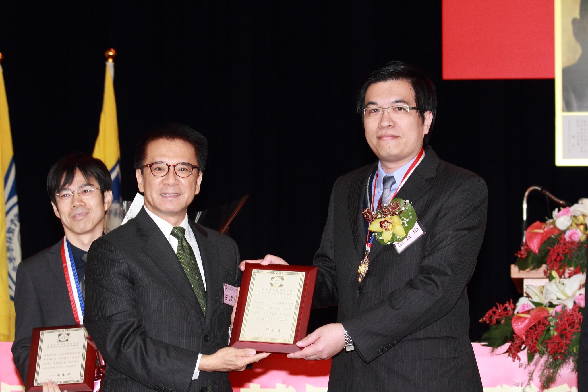 賀!企管系胡宜中主任榮獲「呂鳳章先生紀念獎章」