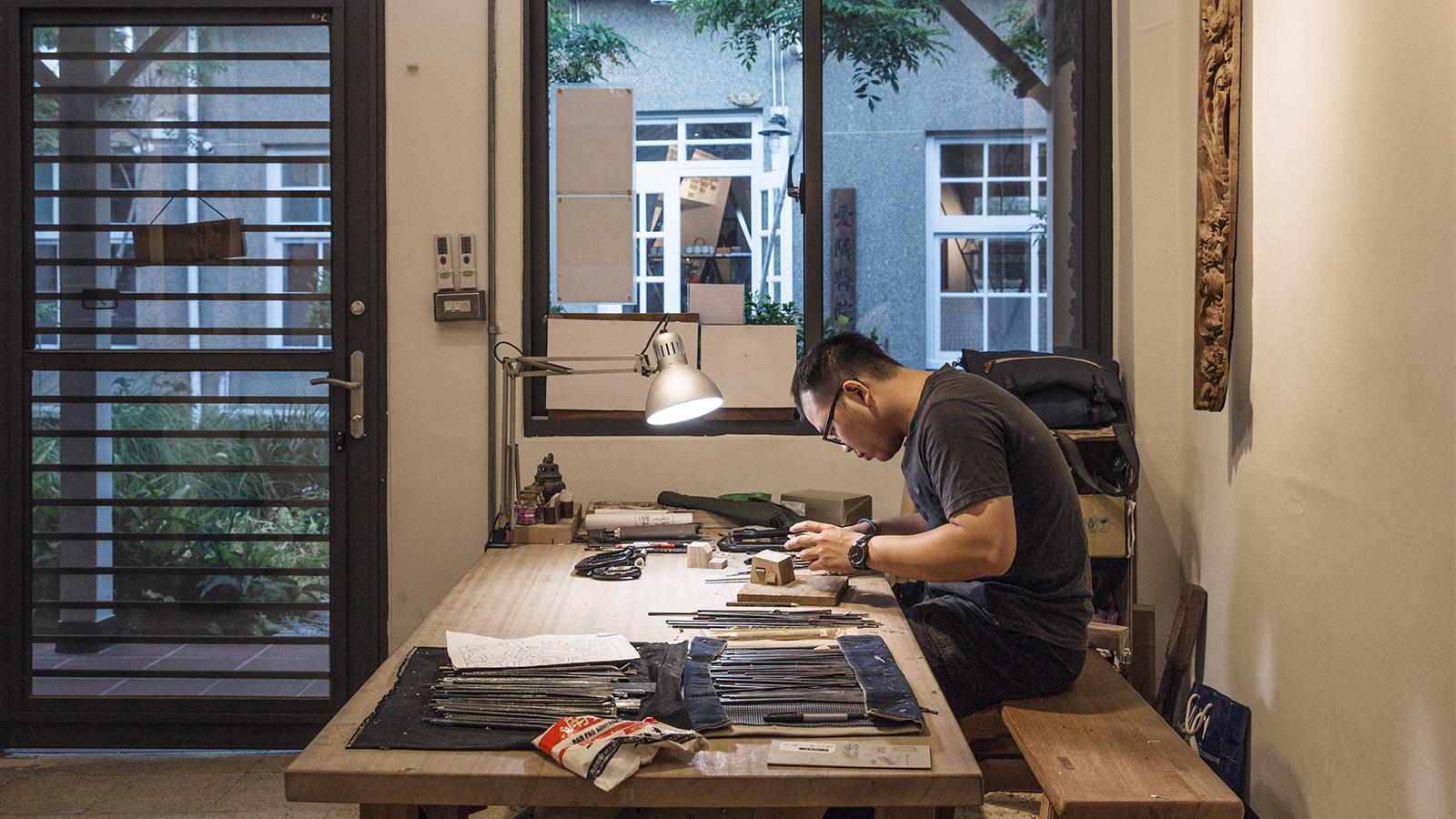 走入以木工作室,撲鼻而來的木頭香氣掩蓋了全身,暖色調的氛圍溫暖又沉靜,木紋的深淺刻畫著傳統工藝的美。  陳列在桌上的一個個鐵件工具,不同的角度、型態刻在木紋上,桌面上是隨著時間沉積的木屑,循著木頭的紋理,親眼看見工藝之美流淌在這之中,來訪,親自體驗,與傳統工藝的連結,從此刻開始。 | 合習聚落 | 三峽工藝&產業的共好實踐基地