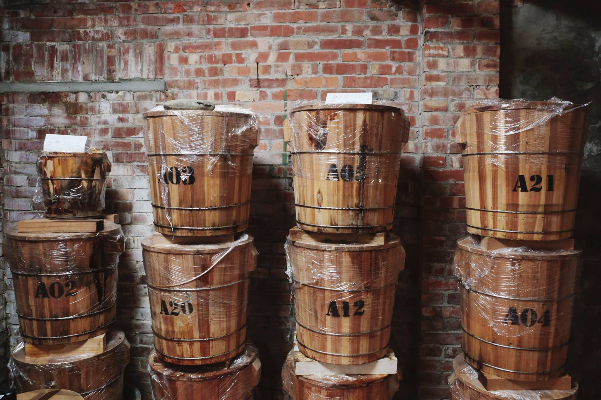 手工木桶封存,時間醞釀 將米麴、黃豆、鹽巴,封存在三峽老師傅的手工木桶中,並讓益菌自然生成風味,不額外添加任何化學原料。 | 禾乃川國產豆製所 | 改變生命的豆漿店