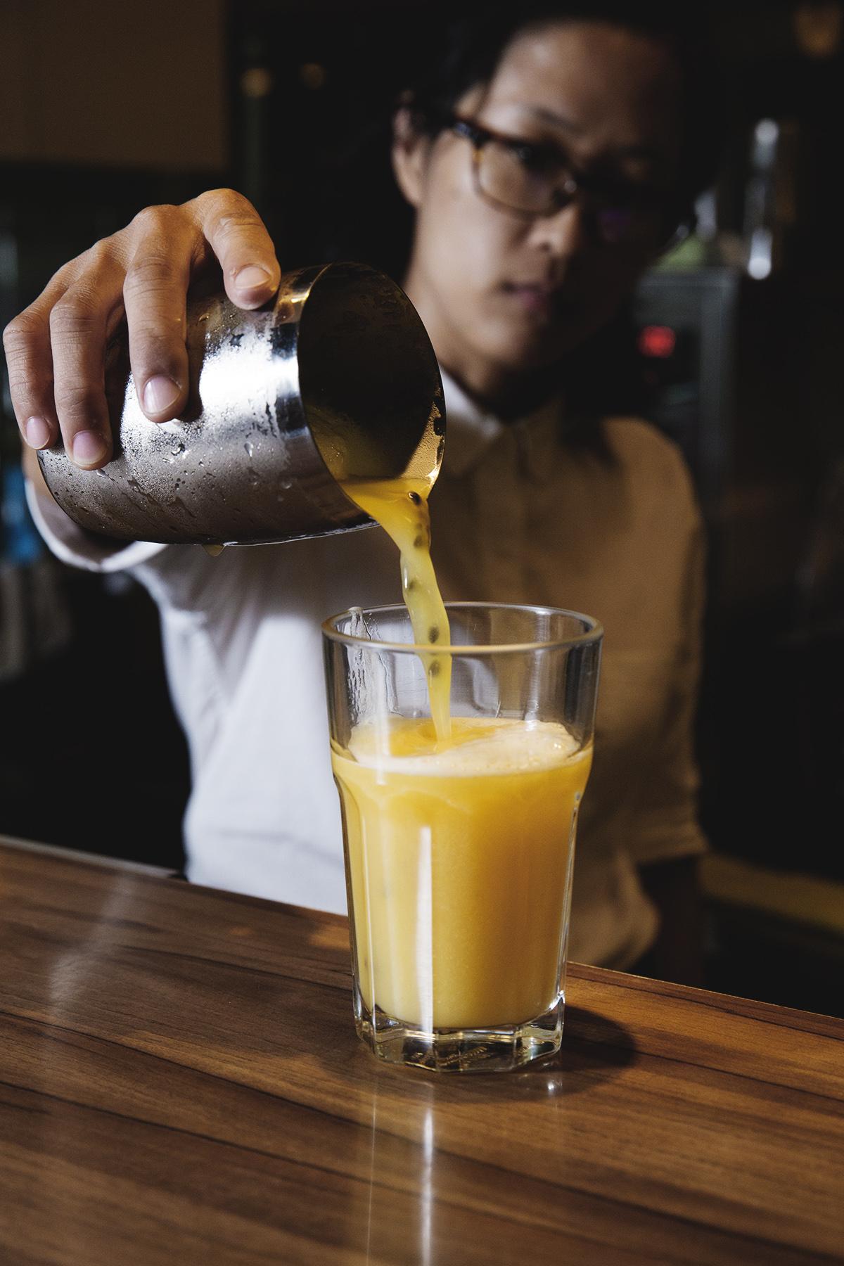 豆腐水果茶 製作手工豆腐過程中產生的天然鹼性豆腐水,有股淡淡的大豆香氣,加入純百香果一起攪拌,酸酸甜甜的清爽感是夏天必喝的消暑聖品! | 甘樂食堂下午茶 | 古厝裡的美味時光