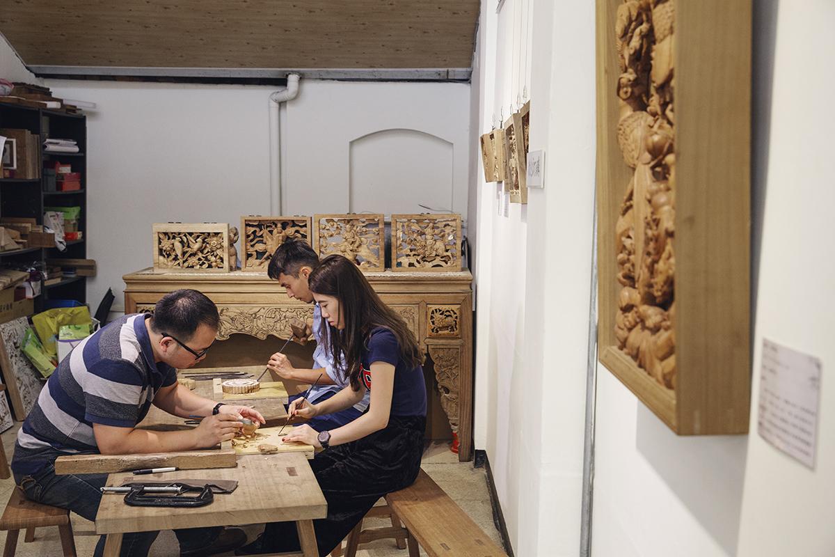 希宸師傅師承修建祖師廟的木雕師傅之一的洪耀輝老師,在合習聚落裡成立以木雕刻工坊,投入台灣木雕工藝發展,也培育社區裡的青少年學習傳統木雕。透過師傅的技藝傳承、再設計和新視野,賦予傳統木藝新生命、延續三峽工藝文化。 | 合習聚落 | 三峽工藝&產業的共好實踐基地