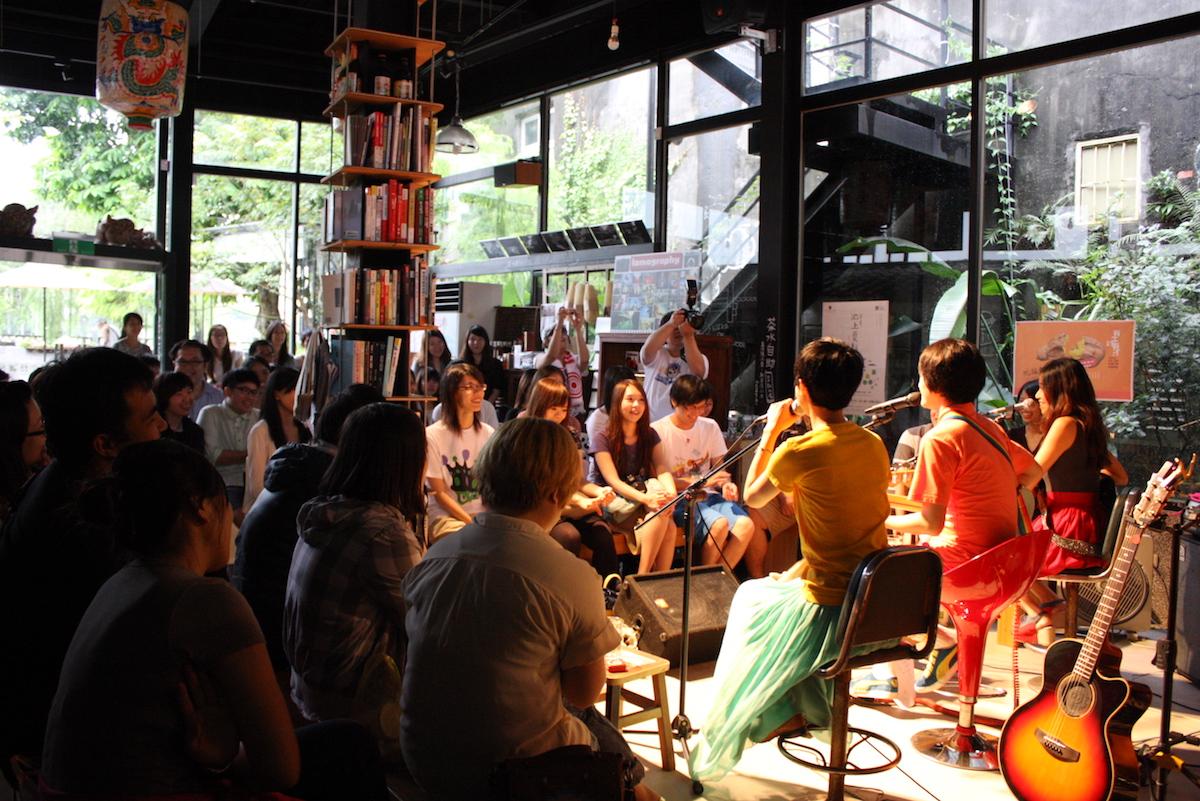 甘樂食堂 一群熱愛土地的返鄉、下鄉青年,在三峽老街旁經營起古厝藝文食堂、手工豆漿店、課後陪伴基地,串連工藝職人、社區夥伴,一起點燃三峽的地方活力。這是一個社會企業的實踐過程,啟動讓故鄉文化與產業生生不息、生意盎然的「生意」。 | 甘樂文創 | 甘之如飴,樂在其中