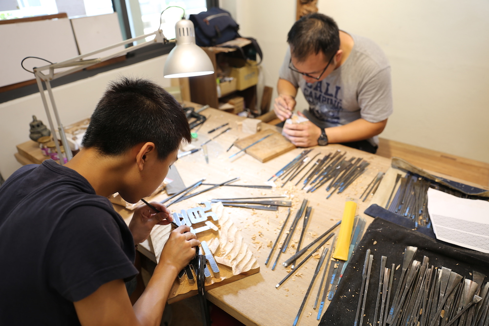 冠德玉山教育基金會 第一個學期的木雕課程結束後,透過冠德玉山教育基金會的委託,開始進行「美境」和「麗境」兩個建案櫃檯木雕立牌的設計和雕刻。 | 甘樂文創 | 甘之如飴,樂在其中