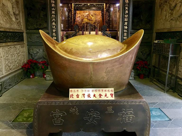 三峽福安宮 拜殿前設有一座北台灣最大金元寶(銅鑄)供信眾求財   甘樂文創   甘之如飴,樂在其中