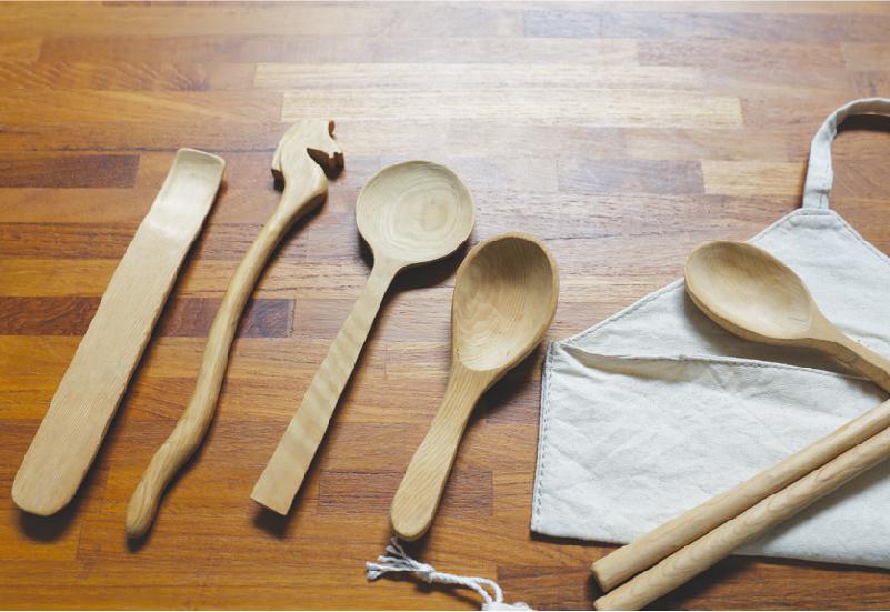 郭班的手工木餐具是採用臺灣老檜木,不為創作而砍一棵樹,也不上任何漆,讓使用者吃的安心。各種形狀的檜木在郭班的巧手下變為一件件充滿巧思的作品。    而Sammy搬到宜蘭不到半年也辭去在台北電子業的工作,重拾對於拼布車縫的熱情,靠著自學試著做起手織創作,「我想讓一塊美麗的布料不光只是好看,讓它有更多用處,就能將美融入在我們生活之中。」因此每一吋絢麗 的布料經過Sammy 一雙巧手後成了精緻小布 袋、圍巾、衛生棉等等,於是郭班與Sammy 一同創立「海邊的司廚雜貨」品牌,以環保作為創作概念,使用天然無毒素材,像是運用多 樣式花布織成的衛生棉可重複更換使用、回收 可用的舊木料做成環保餐具,藉著網路、手作市集漸漸打開品牌的知名度,也試著透過作 品,向人們傾說一種追尋自由、找尋自我的生活態度。 | 甘樂誌 | 甘樂文創 | 甘之如飴,樂在其中