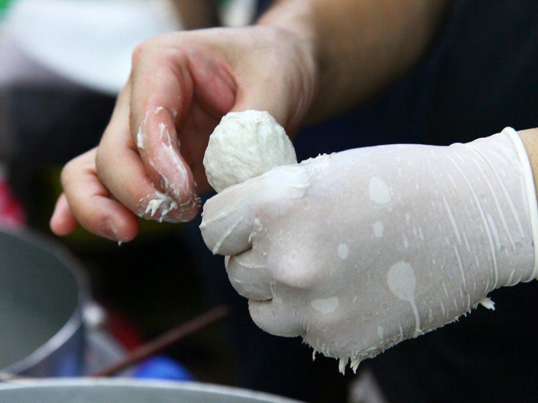 〖主題企劃〗六種工作/十二項手掌之間的極限動作!「擠・挖 —— 虱目魚丸」菜市場裡的藝術品——南和牌虱目魚丸。
