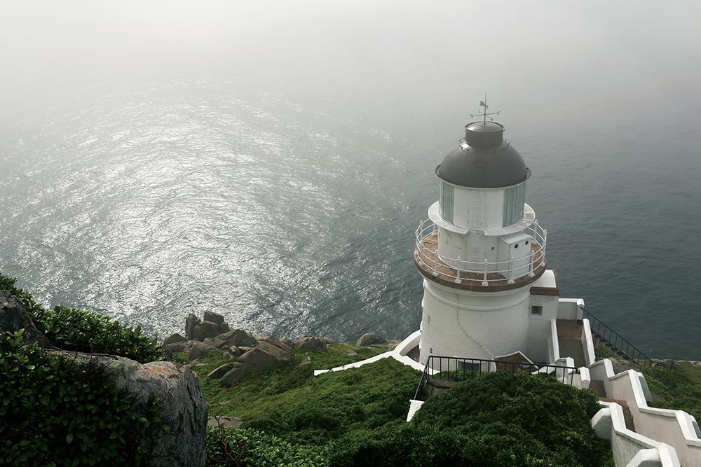 馬祖,國境之北,位於臺灣本島西北方的神祕島群,有著獨特的文化、自己的語言,經歷許多階段,造就出多樣的面貌,成為了今日的馬祖。馬祖給人的印象不再只是迷彩服的綠、軍事戰地的冰冷,昔日造就出的獨特文化為馬祖帶來今日豐富的觀光資源。甘樂誌團隊歷經8個小時的船程,在暖洋的搖籃中過夜,親自踏上馬祖的土地,揭開國境之北的神秘面紗,將在地的人、事、物透過文字與影像忠實的記錄下來。 | 甘樂誌 | 甘樂文創 | 甘之如飴,樂在其中