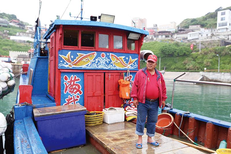 張老大的漁船與眾不同,鮮豔活潑的彩繪道出每個漁民的心願。    漁業的『衰』  天空下著雨,東引的港口裡幾艘漁船並列停泊著,船身隨著波浪隨興的搖擺,漁民在船艙裡或躲雨、或修補著漁具。一艘歸來的漁船吸引了我們的目光,船身的彩繪鮮豔活潑,有別一般漁船,令人印象深刻,打過招呼之後船長豪邁的邀請我們上船參觀。張大哥是東引當地的漁民,家中還有另外三個兄弟在捕魚,分別是港口裡另外三艘船的船長,自己的小孩則在臺灣工作,張大哥與船員們每天清晨5、 6 點就出海工作,主要捕捉石鯛、當季 魚類等,也會用小船至岸邊礁岩摘捕貝類,每天捕捉到的漁獲則在當日下午統一於港口販售,鄉公所會以廣播通知島上居民 | 甘樂誌 | 甘樂文創 | 甘之如飴,樂在其中